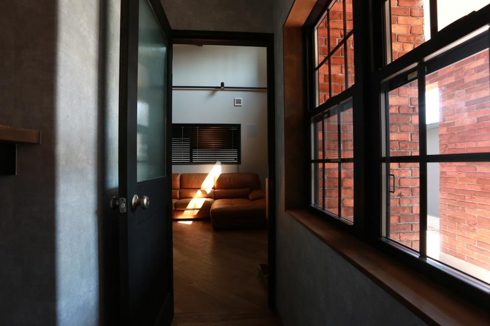 福井でかっこいい家をつくるガウディの施工例 エイジングされた木壁と鉄骨フレームの階段
