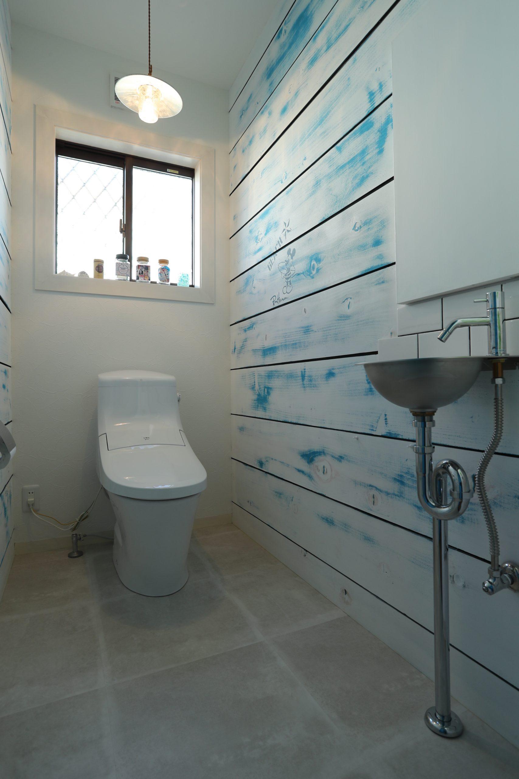 福井でかっこいい家をつくるガウディの施工例 爽やかなブルーのエイジングされたトイレの壁
