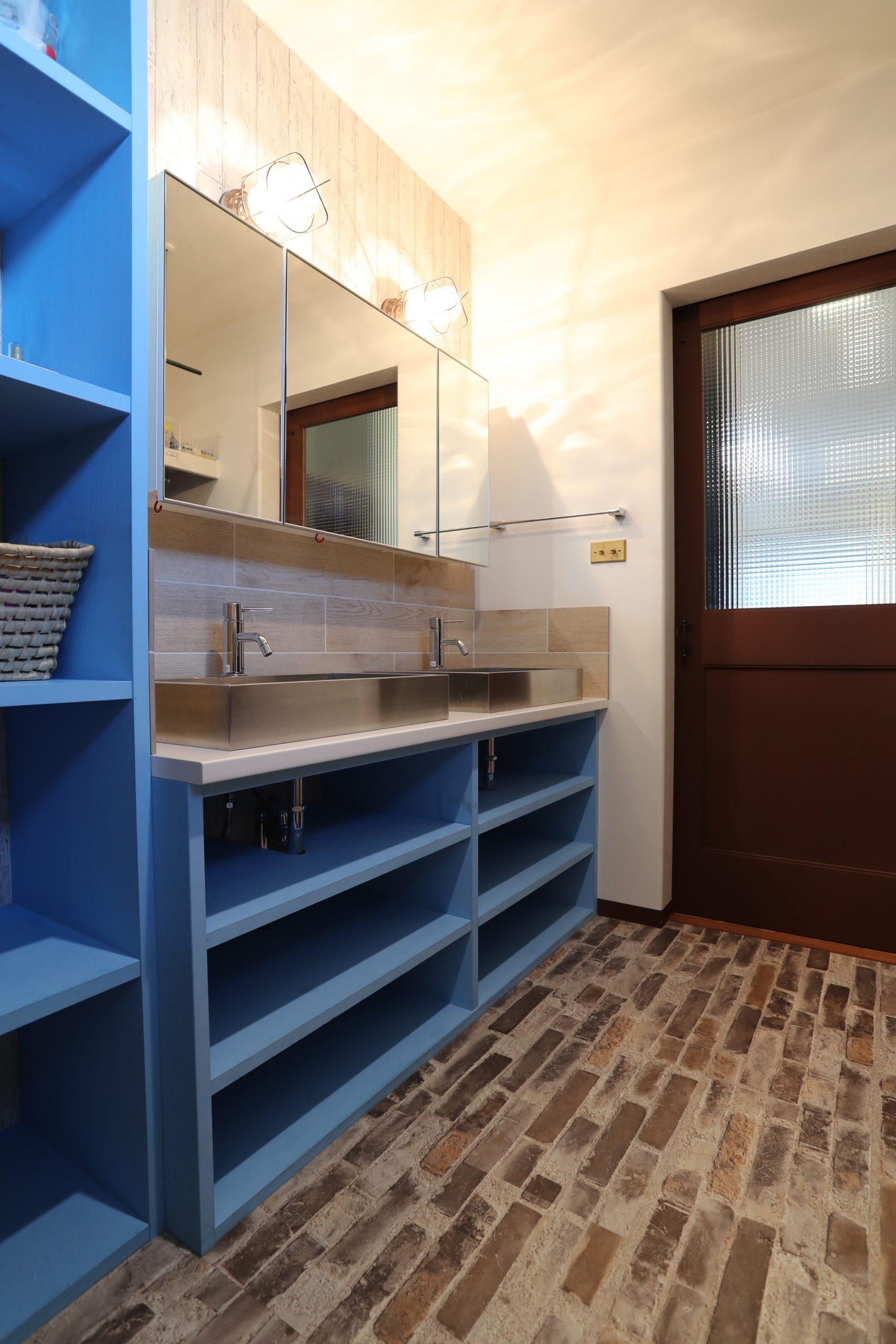 福井でかっこいい家をつくるガウディの施工例 ブルーが際立つ洗面台