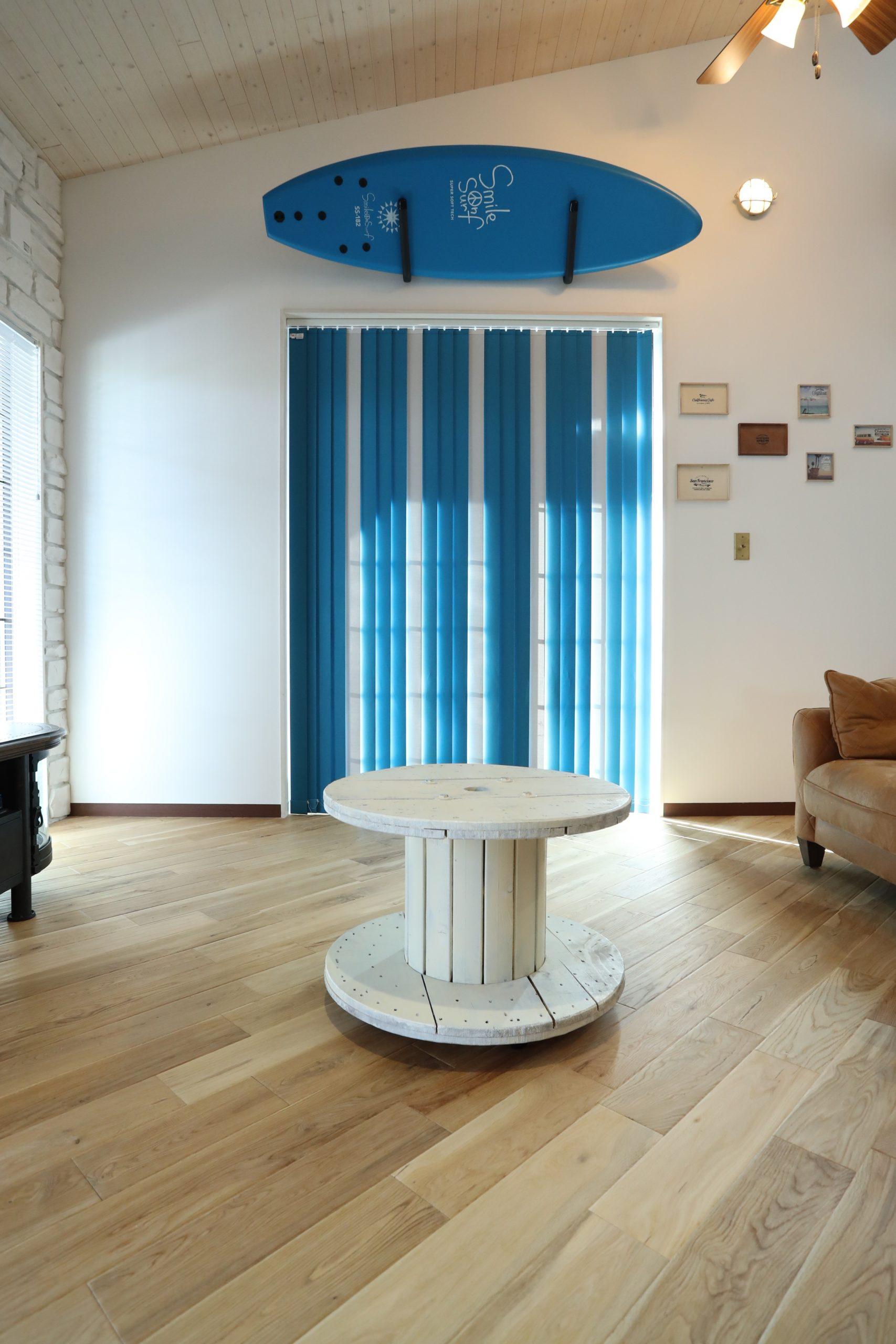 福井でかっこいい家をつくるガウディの施工例 ブルーがよく似合うリビング